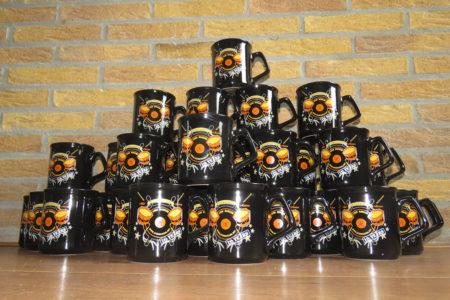 10 jaar Drumschool Sven Bakker - mokken met speciaal 10-jaar-logo
